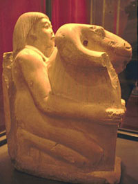Статуя вельможи с реликварием Амона-Ра