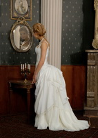 Современное свадебное платье с турнюром